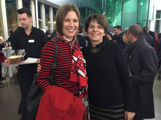 Schauspielerin Barbara Terpoorten (l.) und Stadtpräsidentin Jolanda Urech an der Premieren-Feier im Kunsthaus Aarau