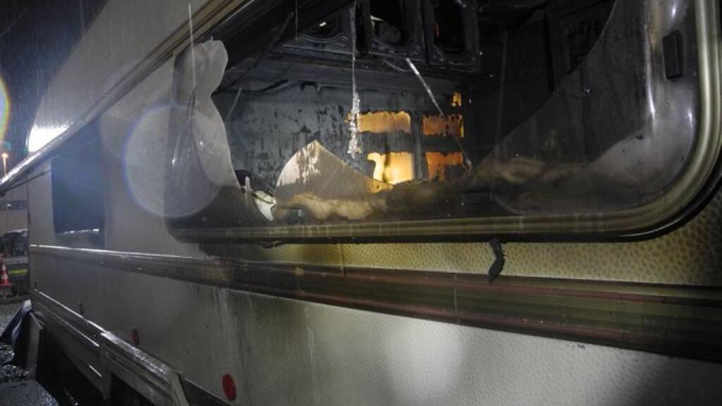 Wohnwagen brennt in Siebnen SZ - Bewohner kann sich retten