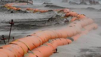 Öl wird von Winden an Land gedrückt