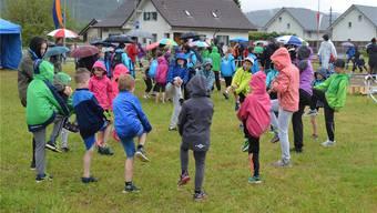 Das Aufwärmtraining am Jugendturnfest Villnachern funktionierte auch in Regenjacken. IHK