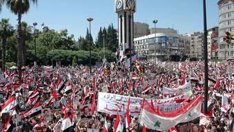 Zehntausende Regime-Befürworter demonstrieren in Homs