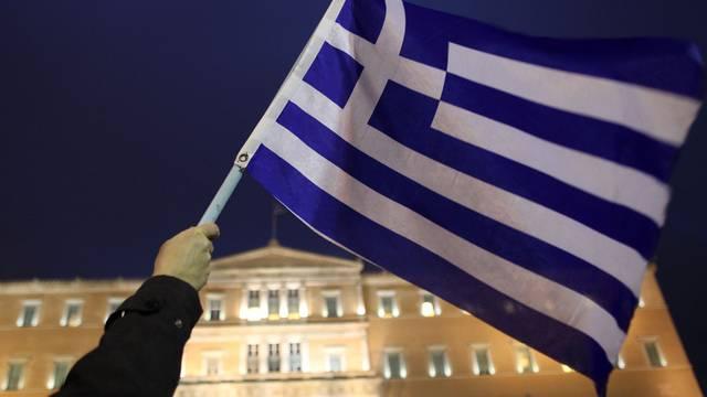 Griechische Flagge vor dem Parlament in Athen (Symbolbild)
