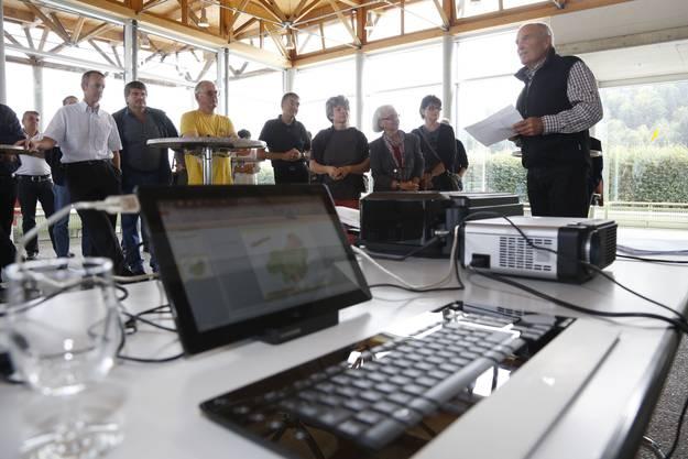 Die Beteiligten nehmen in der MZH Lueterkofen die Abstimmungsresultate entgegen