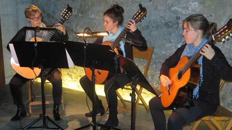 Drei Schwestern mit dem selben Instrument unten im Aufschluss der Meyerschen Stollen: Seraina, Luana und Elina Grenacher (v.l.)