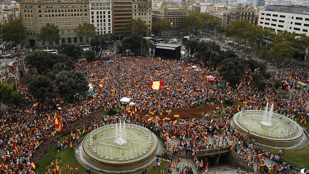 Tausende haben am Freitag am Nationalfeiertag in Spanien gegen Separatismus demonstriert.