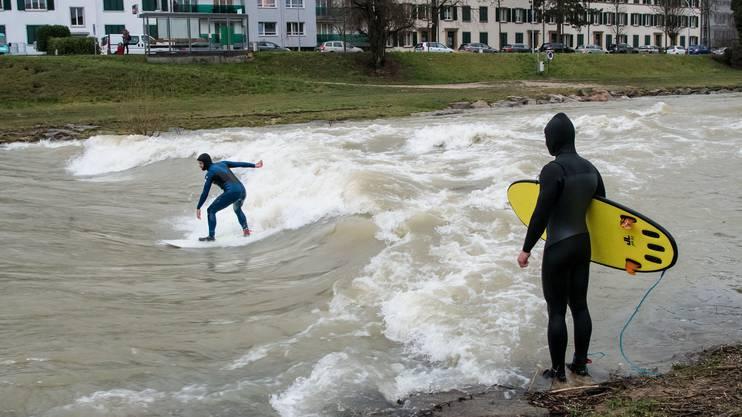 Hochwasser Birs - River-Surfer bei der Redingbrücke. Montagmorgen.