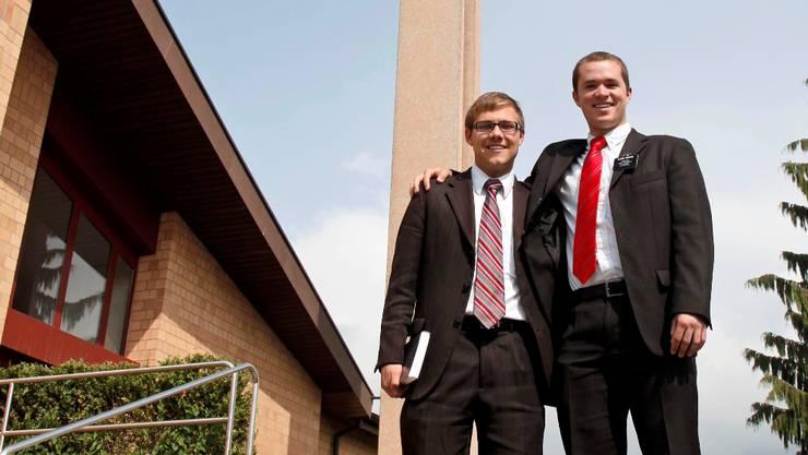Benjamin Anderson und Jackson Carter vor der Kirche der Mormonen in Bellach.