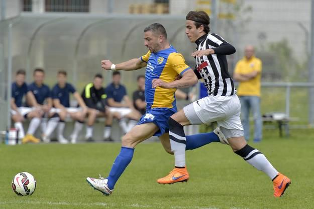 Der Star dieses Spiels war das Kraftbündel Giuseppe Sorrentino mit 3 Treffern. Hier überläuft er Antonio Dragusin rechts.