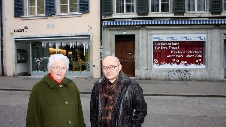 SLS-Oberin Marie-Theres Rotzetter und Christoph Lengwiler vor den zwei Häusern an der Gurzelngasse. ww