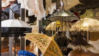 Nicht alle historischen Schirme sind aufgespannt, denn einige davon würden durch die Spannung zerstört.