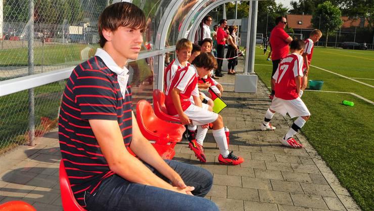 Silvan Büchli schaut sich das Juniorenspiel an.