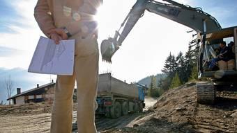 Bald ist auch im Wallis fertig gebaut: Ein Immobilienagent besucht eine Baustelle in Crans-Montana. Olivier Maire/Keystone