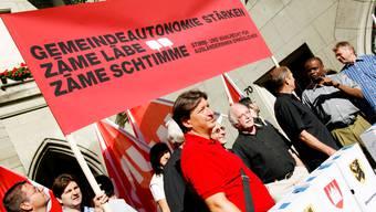 Corrado Pardini (rotes Shirt) sieht das Ausländerstimmrecht davonschwimmen.