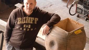 Martin Hoppler in seiner Werkstatt in Schlieren mit einer Gussform für den Kopf eines «Guardians». fni
