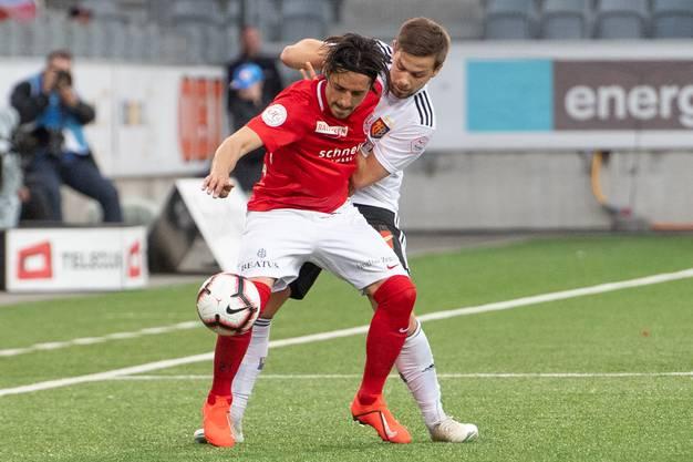 Wie gewonnen, so zerronnen: Yves Kaiser (r.) probiert, Nelson Ferreira den verlorenen Ball wieder abzuluchsen.