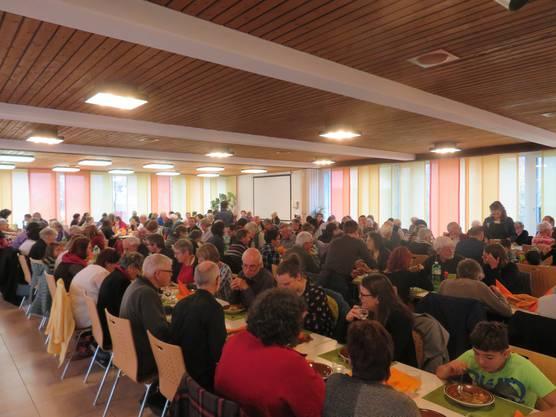 Suppe mit Spatz in Gemeinschaft gegessen macht Freude