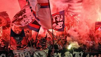 Nach dem Stadion-Sturm vom Mai 2011 folgen die Pyros: Basler Fans zünden im Zürcher Letzigrund Fackeln an.Keystone