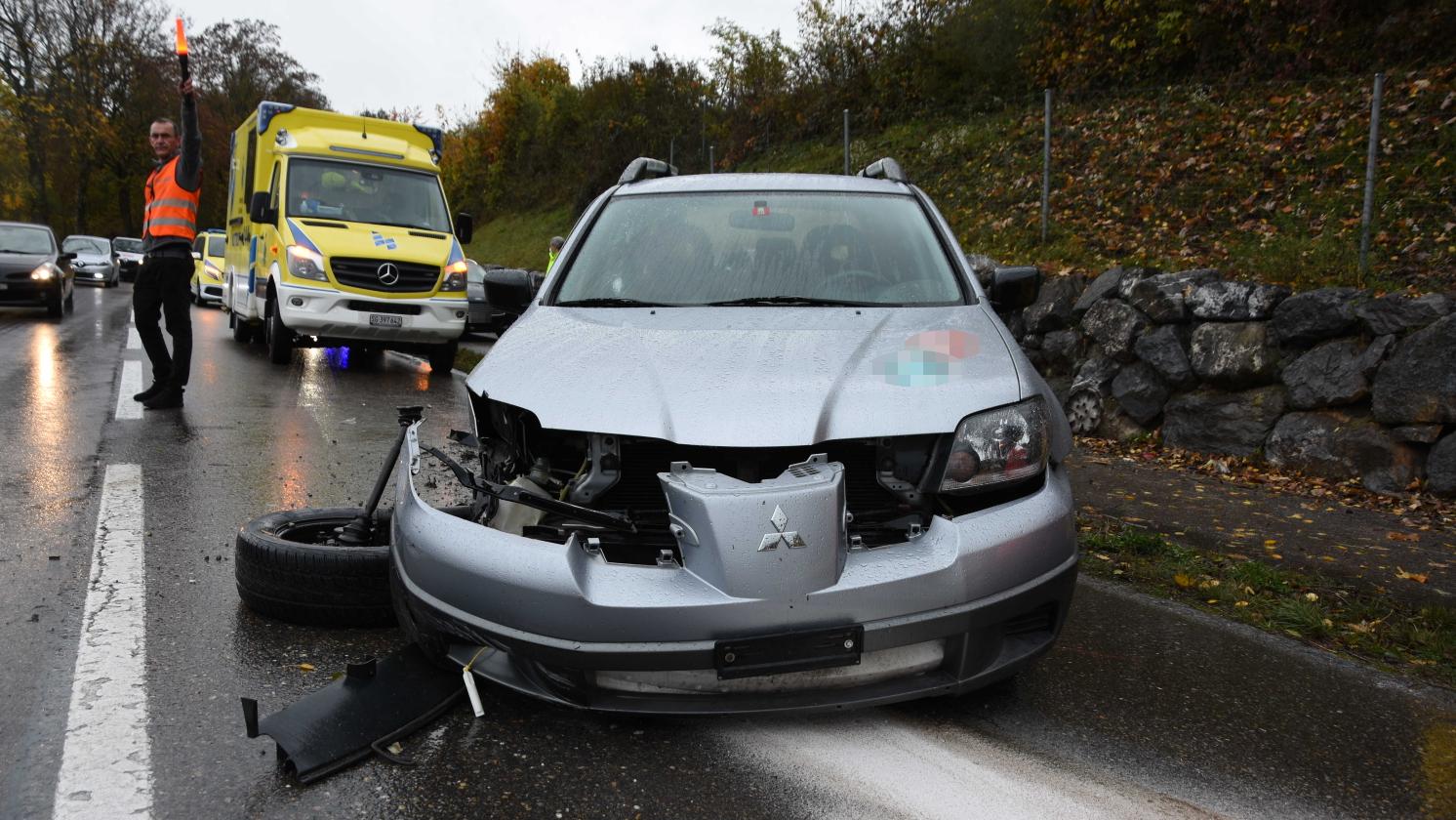 Die Fahrerin und die Beifahrerin des Autos mussten ins Spital gebracht werden.