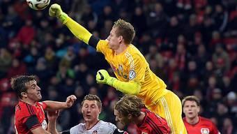 Boxt den Ball aus der Gefahrenzone: Leverkusens Goalie Bernd Leno