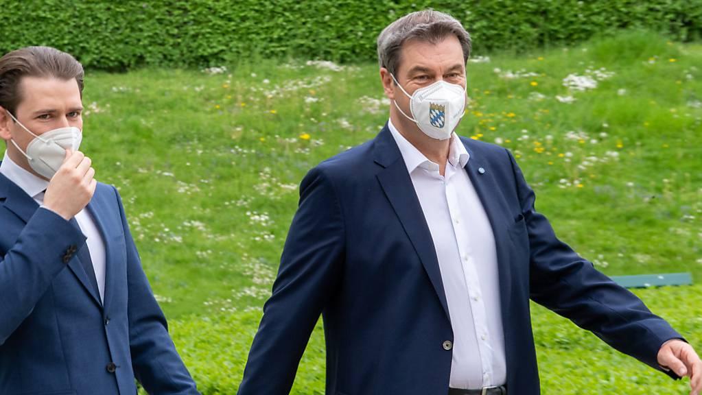 Markus Söder geht mit Sebastian Kurz nach einer gemeinsamen Pressekonferenz durch den Hofgarten der bayerischen Staatskanzlei. Foto: Peter Kneffel/dpa