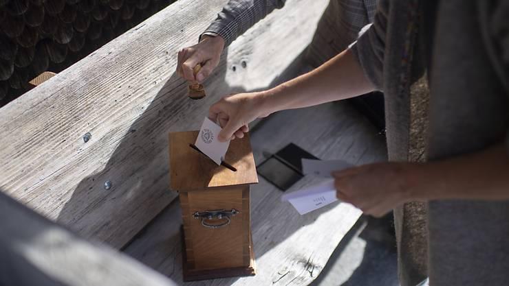 Gemeindeversammlungen sind zwar trotz Corona-Pandemie erlaubt. Viele Stimmberechtigte sind aber unsicher, ob sie hingehen sollen oder nicht. Der Kantonsrat erlaubt es den Gemeinden nun, stattdessen Urnenabstimmungen durchführen zu können. (Symbolbild)
