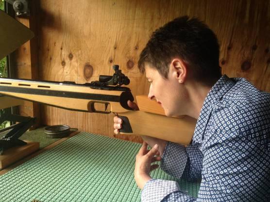 Franziska Roth schaut durch ein Gewehr.