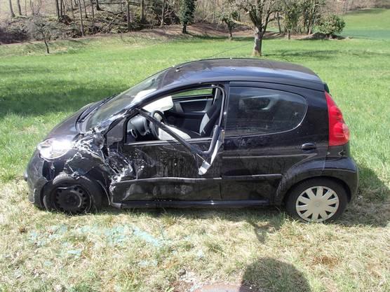 In einem VW Golf fuhr ein 25-jähriger Deutscher vom Zentrum her in Richtung Frick. Ausgangs Dorf geriet er nach ersten Erkenntnissen auf die Gegenfahrbahn und stiess dort mit einem entgegenkommenden Fiat 500 zusammen.