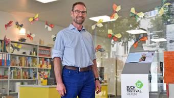 Leiter Roland Hochstrasser steht in der Jugendbibliothek, die beim erstmals ausgetragenen Buchfestival mit fünf Veranstaltungen mitmacht.