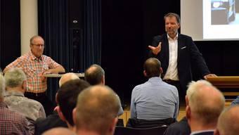 Peter Stirnemann, Gemeindeammann von Gränichen (l.) und Kantonsingenieur Rolf H. Meier erklärten die Strassenbauprojekte an der Orientierungsversammlung in der Aula der Primarschule.