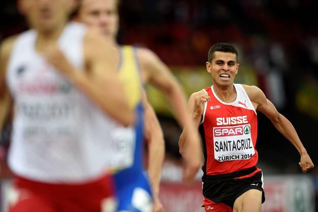 Hugo Santacruz läuft hinterher.