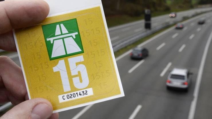 Der deutsche ADAC  bietet die Schweizer Autobahn-Vignetten zurzeit für günstige 33 Euro an.