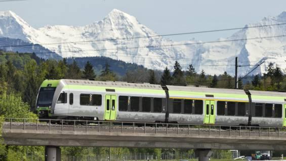 Ein S-Bahn-Zug vor imposanter Kulisse