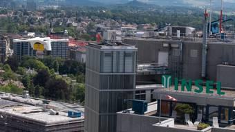 Die Transportdrohne der Post mit Laborproben (links im Bild) im Anflug auf das Inselspital in Bern.
