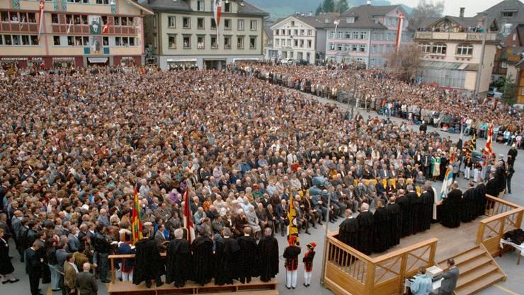 Ein lange erkämpfter, historischer Moment: Erstmals heben an der Innerrhoden Landsgemeinde im April 1991 auch Frauen die Hand.