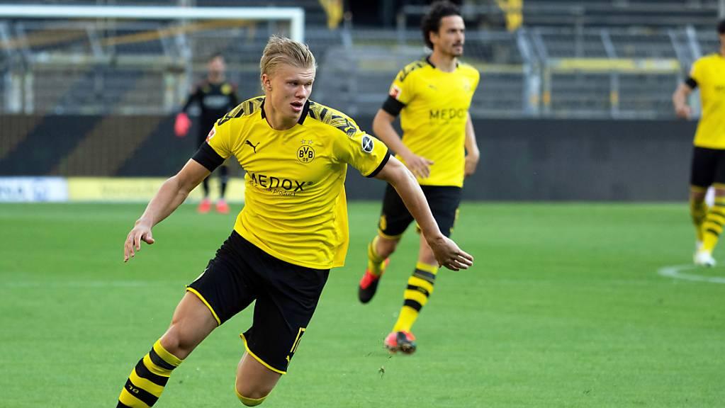 Dortmunds Starstürmer Erling Haaland verletzte sich im Spitzenspiel gegen Bayern München am Knie