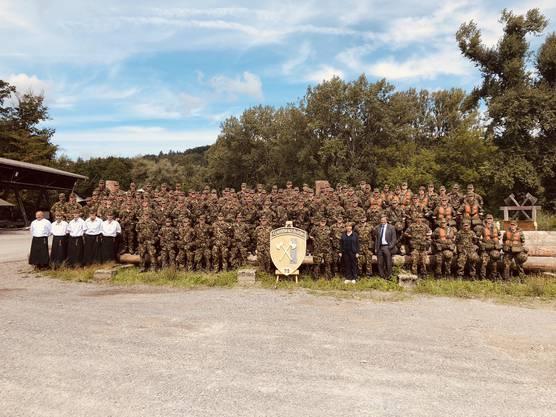 Gruppenbild der Rekrutenschule der Genie-Truppen mit Viola Amherd.