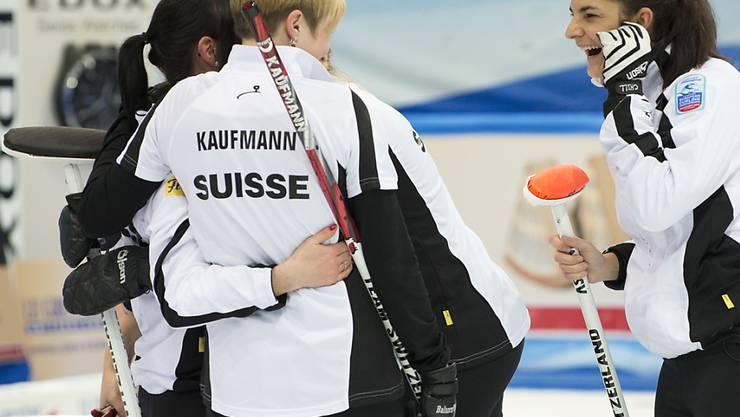 Im Schweizer Team - rechts Binia Feltscher - könnte die Stimmung nicht besser sein