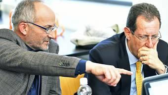 Ernste Gesichter bei SVP-Präsident Konrad Langhart (links) und Kantonsrat Hans-Peter Amrein (SVP). Die SVP gehört bei den Zürcher Kantonsratswahlen zu den Verlierinnen.