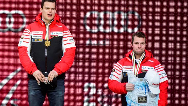 Weltmeister Patrick Küng (l.) und Bronzegewinner Beat Feuz freuen sich im Schweizer Haus in Vail über ihre Medaillen.