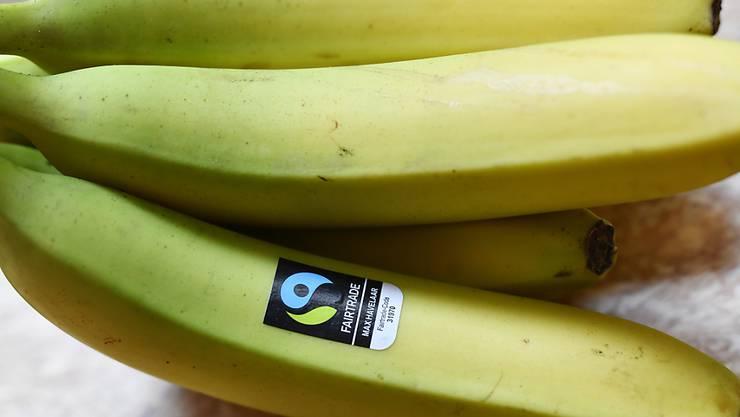 Schweizerinnen und Schweizer kaufen zunehmend Produkte, die fair gehandelt wurden und mit einem entsprechenden Gütesiegel zertifiziert sind.