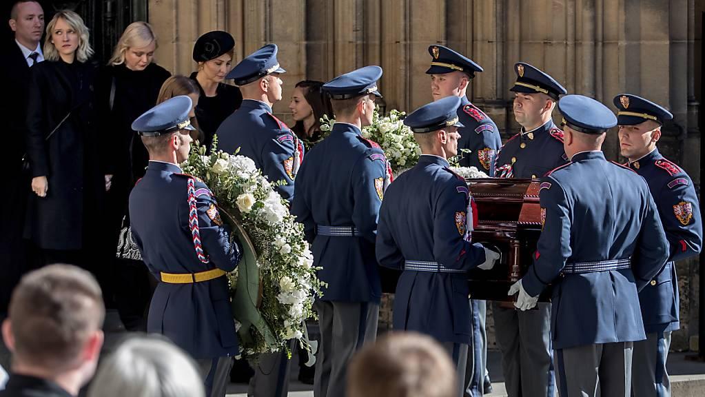 Mit einem Staatstrauertag und einem Gottesdienst im Prager Veitsdom nahm Tschechien am Samstag Abschied von Karel Gott.