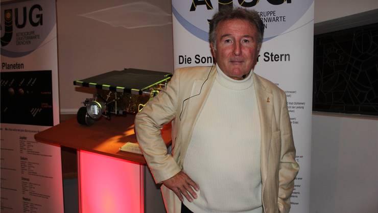 Bruno Stanek am Grenchner Vortrag vor einem Modell eines Marsrovers mit Schweizer Motoren.