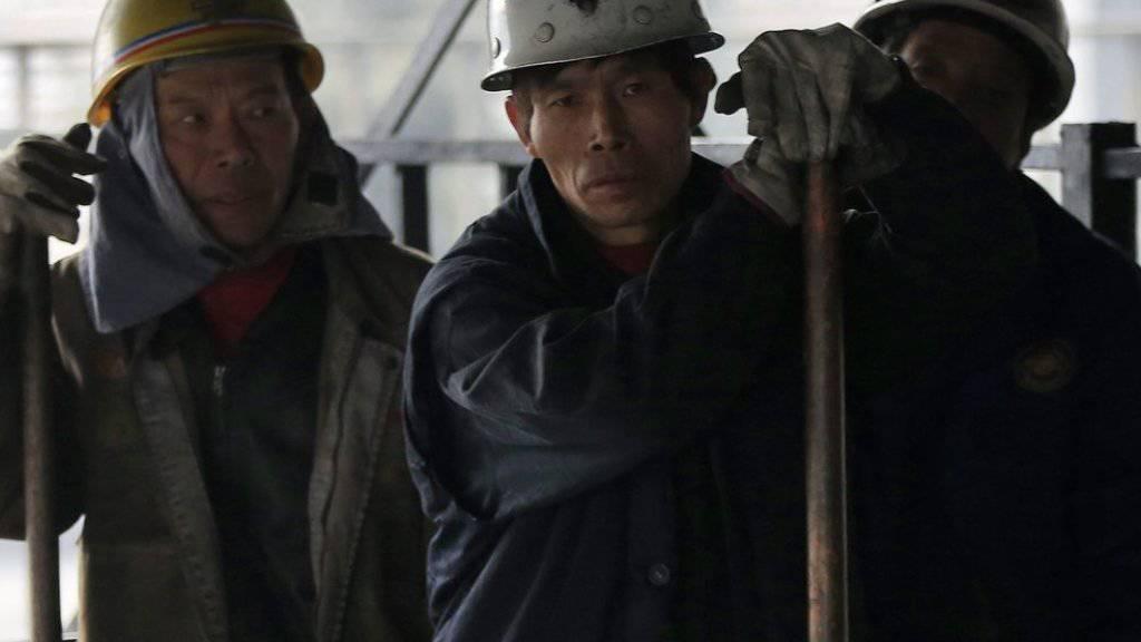 Chinesische Kohlearbeiter - Wegen deutlicher Überkapazitäten in der Kohleindustrie hatte die Regierung Ende Februar die Streichung von 1,8 Millionen Arbeitsplätzen in der Kohle- und Stahlindustrie angekündigt. (Symbolbild)