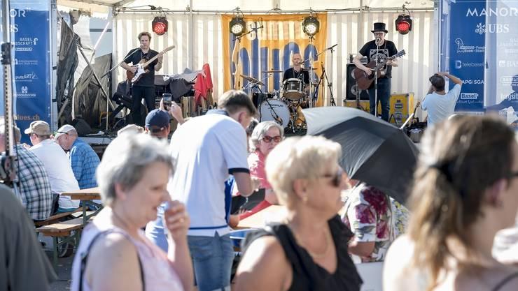 Summer Blues im Kleinbasel Bereits grosser Andrang trotz der Hitze auf dem Platz vor dem Waisenhaus zu Klängen von Pink Pedrazzi & The Big Easy.