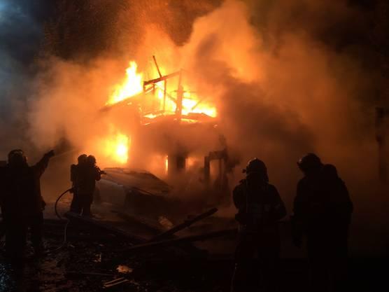 Als die Einsatzkräfte vor Ort eintrafen, brannte das Einfamilienhaus bereits lichterloh.