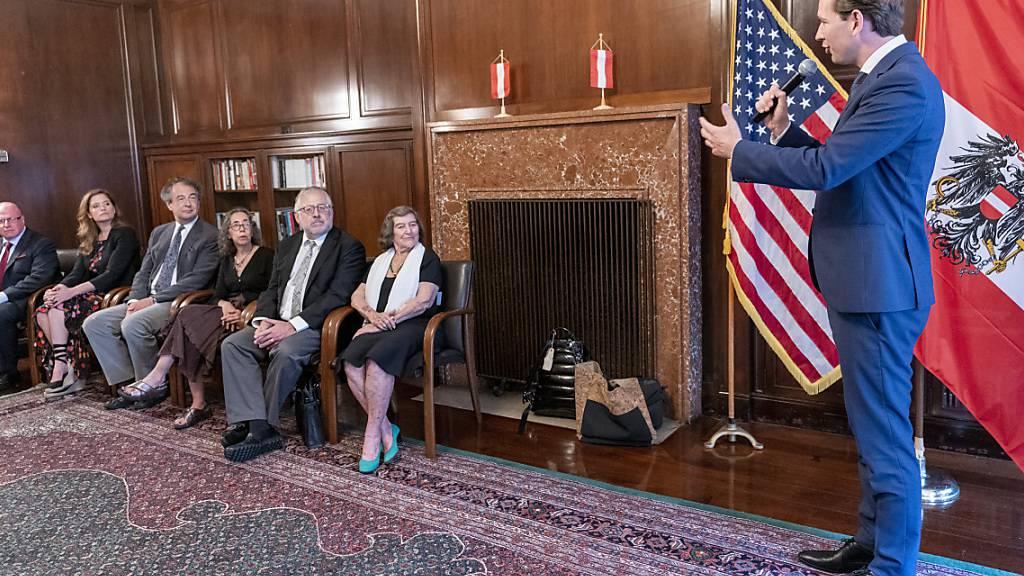 Sebastian Kurz (r), Bundeskanzler von Österreich spricht während einer Zeremonie zur Übergabe von Staatsbürgerschaftsurkunden an die Opfer und deren Nachkommen, die vom Nazi-Regime aus Österreich vertrieben wurden. Foto: Mary Altaffer/AP/dpa