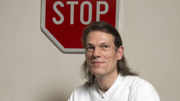 Urs Freimann in seiner Wohnung in Urdorf – das Stop-Schild steht symbolisch für seine Jugend.