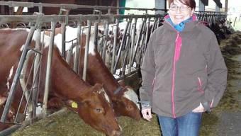Brigit Suter kennt jede einzelne Kuh, damit sie ihnen die richtigen homöopathischen Mittel geben kann. sah