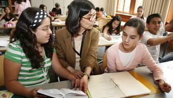 Die türkische Lehrerin Nuran Kahyaoglu mit einer Klasse bei der Hausaufgaben-Nachhilfe im Schulhaus der Orientierungsschule Gundeldingen in Basel.