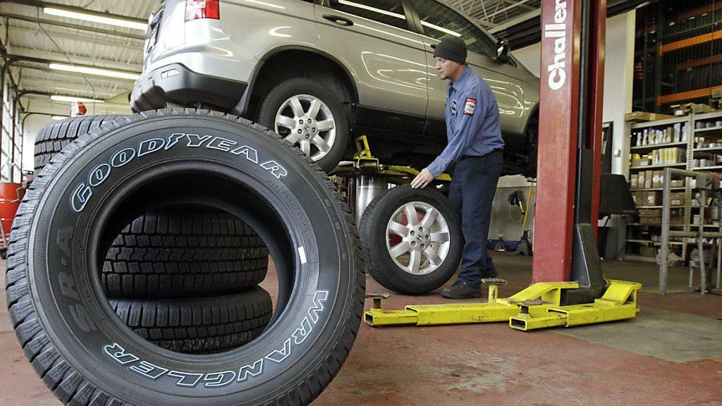 Neue Autoreifen dürften im Frühling für die Autobesitzer teurer zu stehen kommen. Aufgrund höherer Kautschuk-Kosten erhöhen die grossen Reifenhersteller ihre Preise. (Archiv)